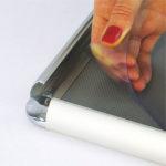 Aluminijumski klik klak ramovi za postere sa ukrasnim (rondo) uglovima, profil 25mm, zastitna folija