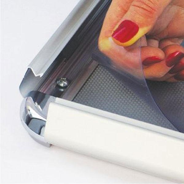 Aluminijumski klik klak poster ram sa ukrasnim (rondo) uglovima, profil 32mm, zastitna folija